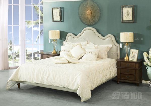 因为我们不能看出布艺内部的填充物,所以不知道里面的材料,有的黑心厂家甚至会用黑心棉;因为布艺产品是化纤系列产品,所以容易长螨虫;不耐脏。如果碰到一个比较懒的家庭,布艺产品是在不是合适之选,因为布艺床如果不经常打理,会看起来很脏;布艺床有可能不容易配床品。有的品牌除了床,还有同系列或者相似系列床品配套,供消费者选择,但是有的就不行了,布艺床的风格怎么也没有好的床品相配,造成了选床的局限性 以上就是小编为大家介绍的欧式布艺床的优缺点。欧式布艺床逐渐被越来越多的人认识、了解以及喜爱。床是人们生活中的必需品,所