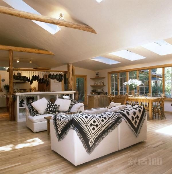 方法一:在客厅的四周做吊顶,中间不做吊顶。这种吊顶可用木材夹板成型,设计成各种形状,再配以射灯或筒灯,在不吊顶的中间部分配上新颖的吸顶灯。这样会在视觉上增加空间的层高,较适合于大空间的客厅。 方法二、将客厅四周的吊顶做厚,而中间部分做薄,从而形成两个明显的层次。这种做法要特别注重四周吊顶的造型设计,在设计过程中还可以加入你自己的想法和喜好,从而可以吊顶设计成具有现代气息或传统气息的不同风格。 方法三、在天花顶四周运用石膏做造型。石膏可做成各种各样的几何图案,或者雕刻出各式花鸟虫鱼的图案,它具有价格便宜、施