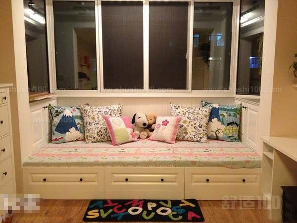 臺面選材有講究 一般飄窗都是朝南或朝北方向,所以飄窗的下窗臺板不僅要能防水還要能抗曬。大部分家庭喜歡選用天然石材(石材裝修效果圖)做飄窗臺面,不過如果可以保證窗戶的密封性,飄窗臺面的選擇面就大了,木工板材、瓷磚、復合地板、人造石材等都可以。米色或淺啡色系的天然石材或人造石材,做飄窗臺面是不錯的選擇,盡量不要選用黑色或色彩艷麗的天然石材。 收納空間早考慮 小戶型(小戶型裝修效果圖)飄窗設計可以選擇以下方式飄窗底部預留空間,設計成抽屜或隔板,使收納空間加大。另外,飄窗部分墻面可設置成置物架,放置收納品、書籍