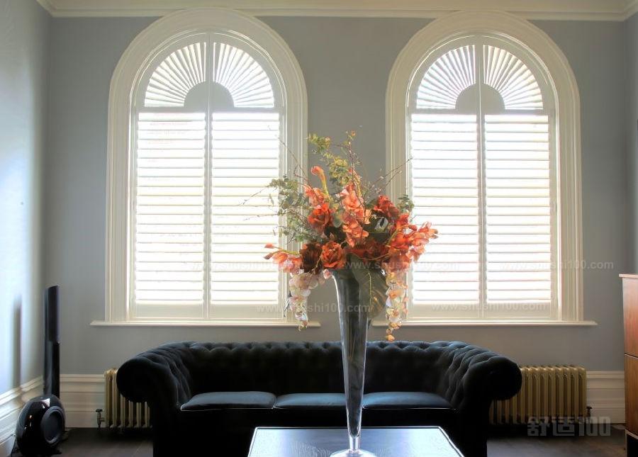 美式百叶窗 在传统的欧式风格家装设计中,百叶窗也是比较常见的。美式百叶窗是针对美式风格的装修房屋而设计的,美式风格设计其实是欧式风格设计的传承。但是美式风格又在欧式风格的基础之上减去了很多繁杂的设计,典雅、精简是美式等个设计的特点。