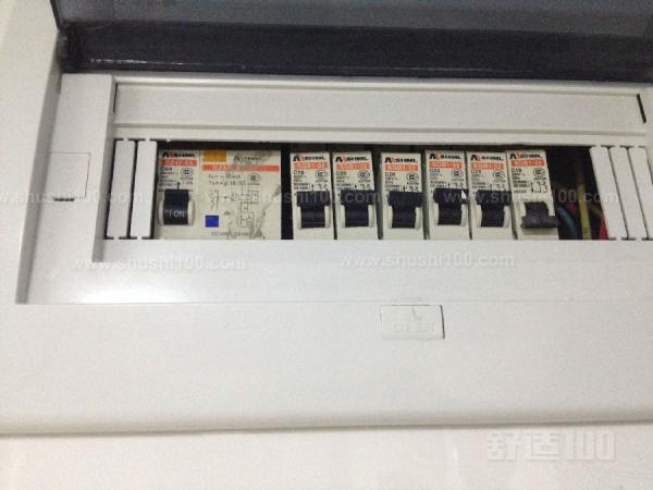 空调漏电跳闸 空调漏电跳闸空调漏电跳闸的原因 1、空调专用电路中的保险丝被烧断,或电源开关的接触不良,或电源缺相。目前,很多家庭都只用一个电源,会由于其它电器的不正常运行,造成供电不正常。 2、空调使用的电源太低,当电压低于单相正常电压220v的10%,即198v或以下时,空调器中的制冷压缩机就难以启动起来。 3、温度控制器上的拨钮未拨到适当的位置上,如拨到较高的位置上,当接上电源时,空调房间内的温度尚未达到设定温度的上限值,压缩机不能启动运行。    4、高压力继电器动作,如冷凝压力过高,使高压力