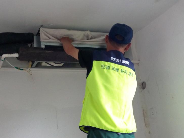 舒适100网工程服务人员正在安装特灵风机盘管